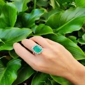 Treballar amb pedres de màxima qualitat i amb els millors joiers artesans... és el millor regal que tenim 🤍 👉🏼 Si llisqueu la foto veureu la peça just abans de clavar 🔨  . . #JoieriaMoner #artesania #maragda #anell #joieria