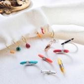 Dóna vida als teus looks!!  T'atreveixes amb la tendència Mix & Match? A nosaltres ens encanta combinar anells i arracades de diferents colors i estils. 🌈  #JoieriaMoner #EnamelByMoner
