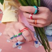 ¡Empieza la temporada a todo color! 🌈 Haz tus propias combinaciones, mézclalos y ponte varios anillos Enamel en un mismo dedo para conseguir un look único. ✨  #JoieriaMoner #EnamelByMoner