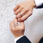 YES I DO 🤍   És el moment d'escollir l'anell de compromís? A Moner t'ajudem a triar l'ideal per a tu. 💫  📢 Tots els anells els fem a mà al nostre taller seguint els més alts estàndards de qualitat.  #JoieriaMoner #engaged #bodas2021 #anillosdecompromiso #anillos #yesido #anillosqueenamoran