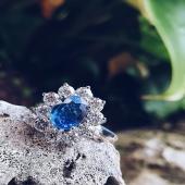 Lady Di 💙  Anell d'or blanc amb diamants i sàfir blau natural. Clàssics per sempre.  #JoieriaMoner