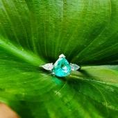 Anells que representen a la perfecció l'essència de la col•lecció GENUINE 💥  💍 d'or blanc 18kt feta totalment a mà al nostre taller amb diamants i maragda natural sense tractar.  #JoieriaMoner #diamants #pedresprecioses #essència #genuine #anells #maragda